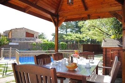 Un space pour manger à l'extérieur avec de la barbecue