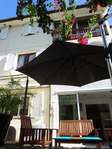 Appartement en rez de jardin dans résidence de 2 étages en centre ville.