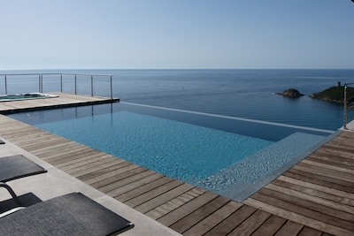 Terrasse piscine et spa, vue panoramique.