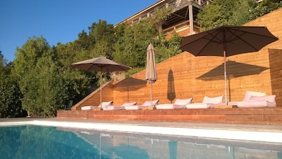 La maison vue de la piscine.