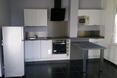 Cuisine Aménagée RDC Lave vaisselle, plaques induction, four éléctrique .