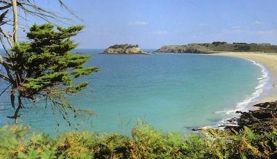 A 500m de la maison: l'île Du Guesclin où vécut Léo Ferré face à la plage.