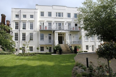 Hampton Court ,Palace,Riverside,Bijou, elegant  Apt.+ terrace, gardens, parking