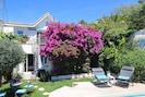 Vue d'ensemble de la maison et de la terrasse de la piscine.