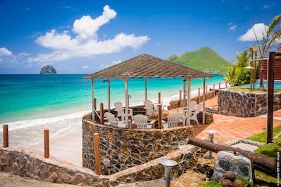 villa de luxe sur la plage , les pieds dans l eau