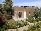 L'entrée avec sa terrasse dans les jardins