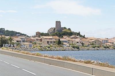 GRUISSAN Vue sur le village dominée par la tour Barberousse.