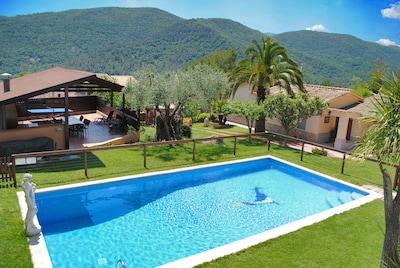 La maison avec la piscine.