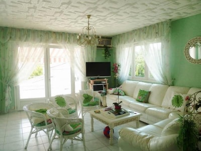 salon avec canapé lit  cuir blanc