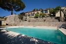 La maison depuis la piscine murs en pierres sèches , terrasse pin parasol