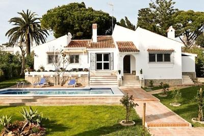 Amplia casa con piscina, conexión Wi-Fi gratuita y un hermoso jardín cerca de la playa
