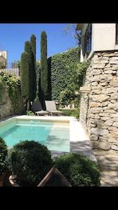 La piscine avec ses plages de relaxation