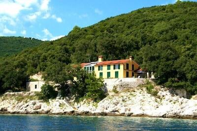 Haus vom Meer aus gesehen