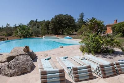 très belle piscine de magazine que pour vous, avec tout l'équipement nécessaire