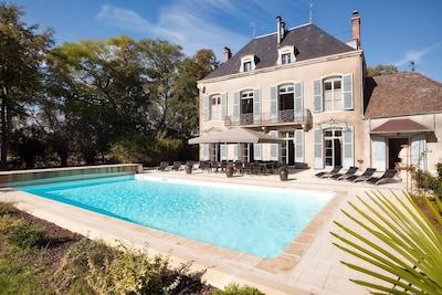 Höchst gesellige Atmosphäre, die Wohnräume und die Küche gehen zum Pool hin.
