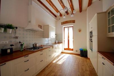 La cucina - veduta per intero. La porta dà accesso alla terrazza più grande
