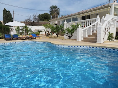 Luxury, sunny 3 Bedroom, private pool, BBQ dining area, WIFI, full AIRCO,  VIEW!