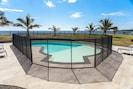 la piscine est protégée par une barrière de sécurité
