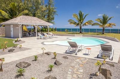 L'espace piscine, idéal pour se rafraîchir et se détendre face à la mer