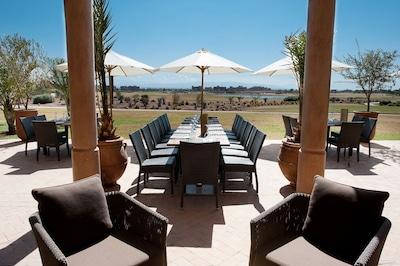 A 400 mètres de la villa, le Golf Country Club de Samanah avec vue de l'Atlas.