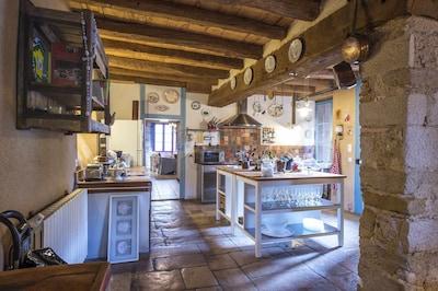 une cuisine ouverte sur le séjour et bien équipée