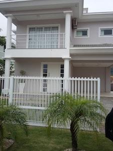 Casa ampla, c/ piscina, 3 quartos c/ Ar Cond., Jardim, aconchegante para familia