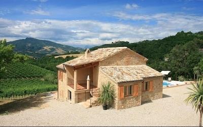 Vista spettacolare sulla piscina, sulle montagne e sul villaggio storico