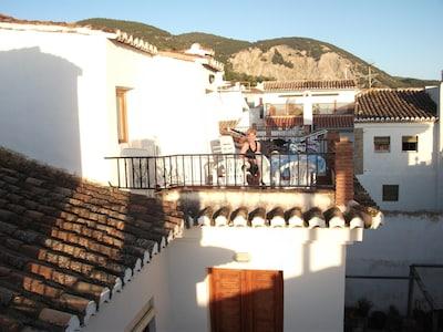 Encantadora casa, pueblo bonito, con una gran piscina, jardines, vistas desde la terraza, WiFi