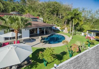 Villa Front mit überdachter Terrasse