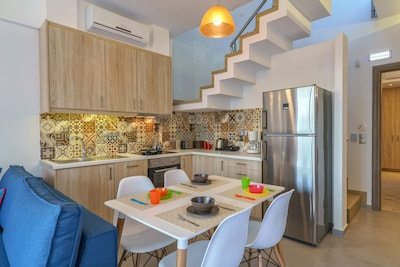 Fully equipped kitchen and dining table