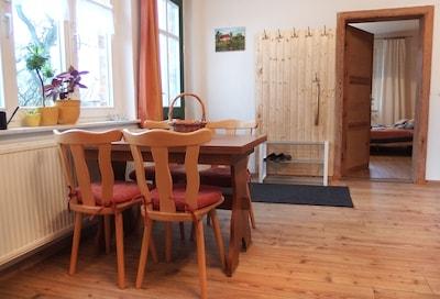 Wohnküche mit Esstisch und Couch (zum ausklappen)