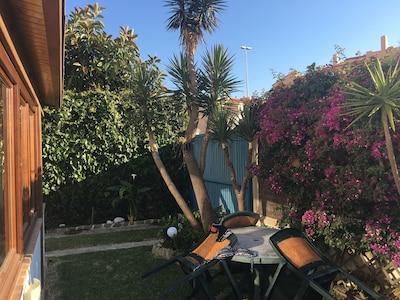 Casa amplia y con encanto junto a Playa de Los Lances ( con jardin y parking ).
