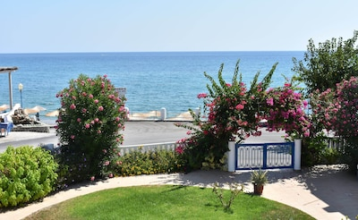 Apartment for 2 people, right on the beach, parking lot restaurants nearby