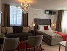 Habitación con cama Queen que permite acomodar a dos personas, incluye AC.