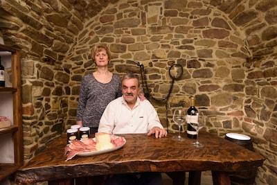 Dina e Ferdinando proprietari, nella cella del castello dei figli di Bocco.