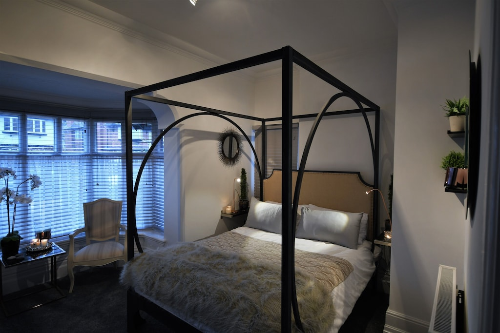 Picture of: Luxury Apartment Four Poster King Size Bed Free Off Road Parking Didsbury Didsbury