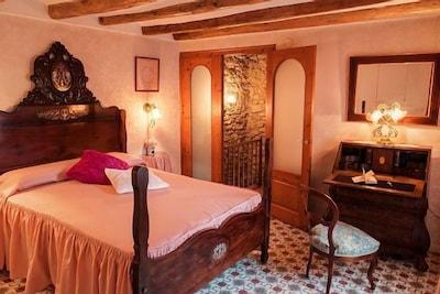 La habitación conserva la decoración romántica orginal, restaurada y cuidada.