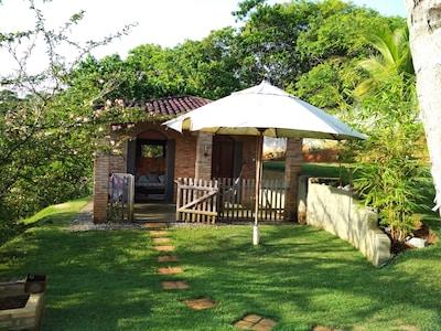 Chale rustico situado na beira do rio Ipitanga na natureza