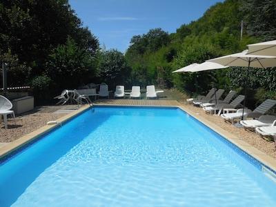 Piscine chauffée avec Spa ouverte d'avril à septembre.