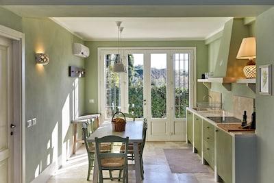 Il luminoso ingresso e zona cucina/pranzo