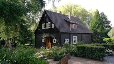 Gemütliches Holzhaus im englischen Stil