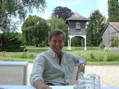 Ihre Gastgeber mit Sicht auf Schloszpark und Pigeonnier/Taubenturm