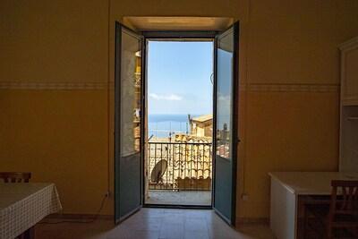 Blick auf die Dächer von Pisciotta und das Meer vom Wohnzimmer der Wohnung.