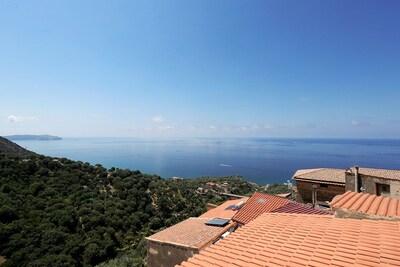 Blick vom Balkon über die Dächer von Pisciotta.