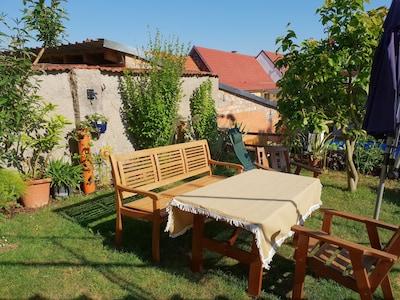 Sitzecke im Garten, hier kann auch gegrillt werden