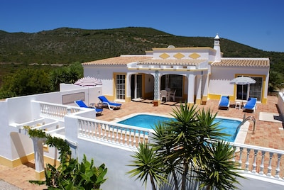 Bright and Sunny, Holiday Villa, Heated Pool, Secluded and very Private