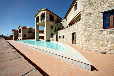 Geräumiges Apartment mit 2 Schlafzimmern, privater Terrasse, Panoramapool, 2 Gehminuten zum Dorf