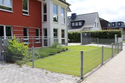 Blick auf den großzügigen Garten und den XXL-PKW-Stellplatz