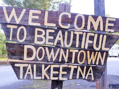 Hale Kōlea Cabin, just a 15-minute walk from historic downtown Talkeetna.