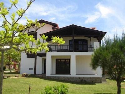 Morrinhos - Ampla casa com vista para o mar e vasto jardim, wifi cortesia
